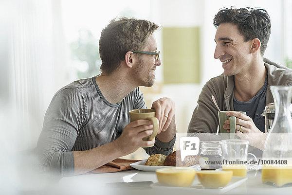 Zusammenhalt Europäer essen essend isst Frühstück