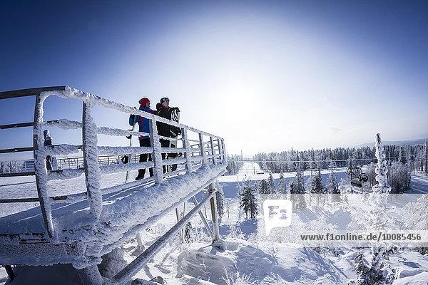 stehend Europäer Snowboardfahrer Plattform Schnee