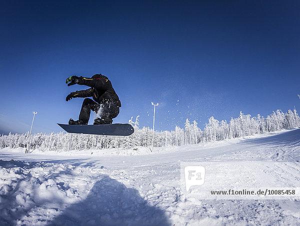 Europäer Snowboardfahrer Schnee springen Hang