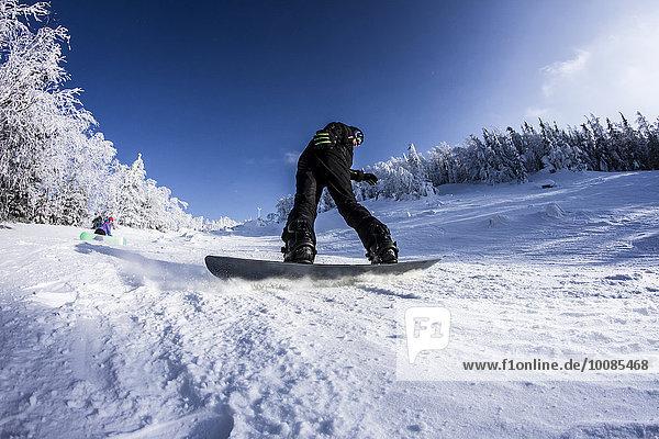 Europäer Snowboardfahrer Schnee Hang