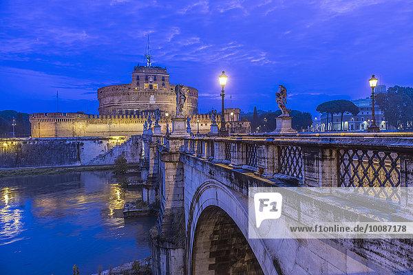 beleuchtet Rom Hauptstadt Nacht Brücke verziert Italien