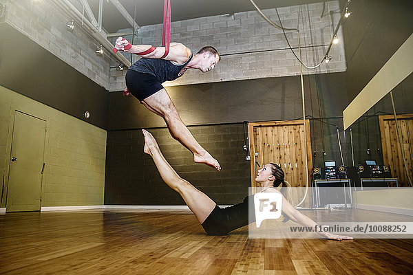Europäer Seil Tau Strick Training Studioaufnahme Akrobat