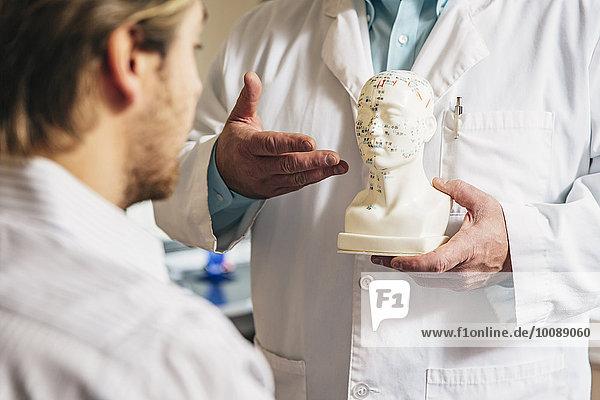 Patientin zeigen Europäer schnitzen Akupunkteur Büste Diagramm