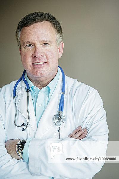 stehend überqueren Europäer Arzt