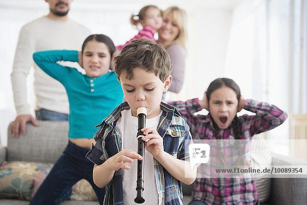 Europäer Junge - Person bedecken spielen Blockflöte