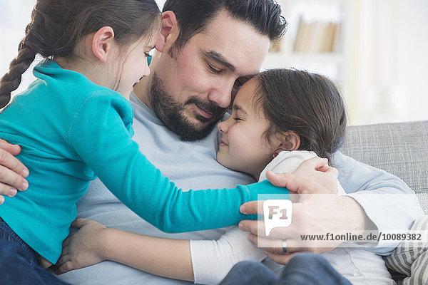 Europäer Couch umarmen Menschlicher Vater Tochter