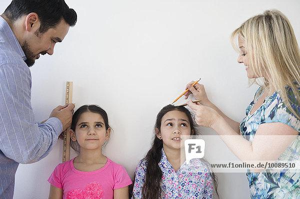 hoch oben Europäer Wand Menschliche Eltern Maß Tochter