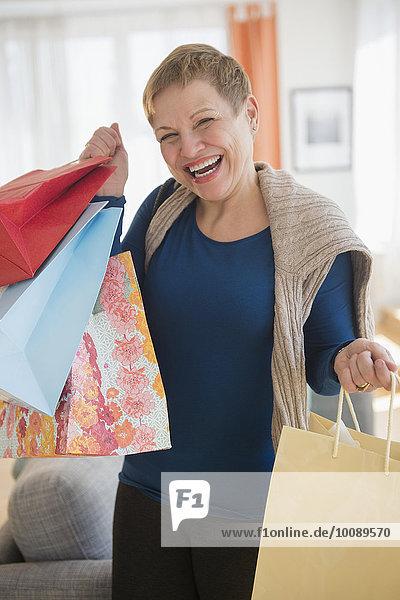 Europäer Frau lachen Tasche halten kaufen