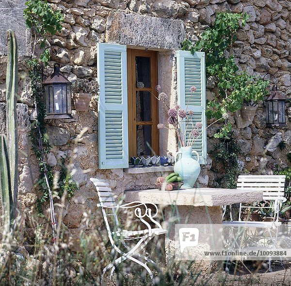 Traditionelles Steinhaus mit grüner Terrasse
