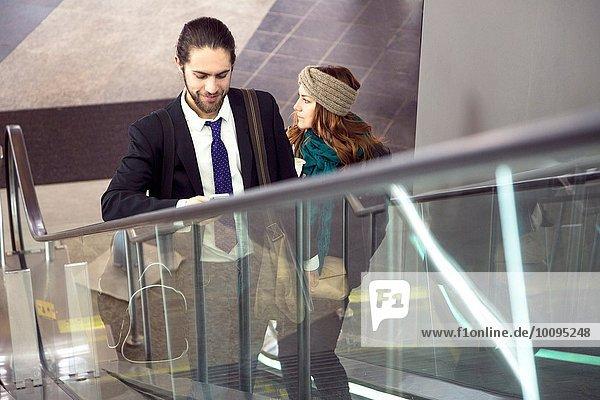 Geschäftsleute auf Geschäftsreise auf der Rolltreppe  New York  USA