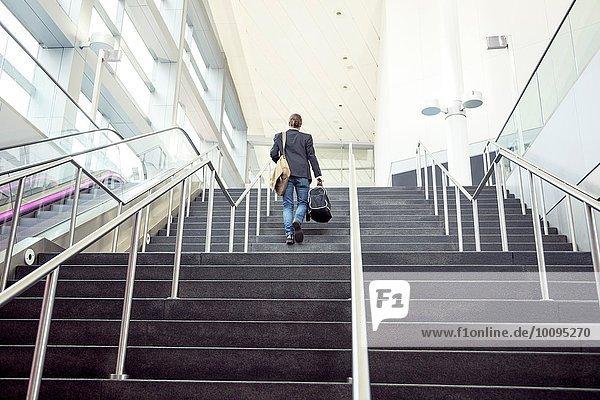 Geschäftsmann auf Geschäftsreise mit Treppenaufgang  New York  USA