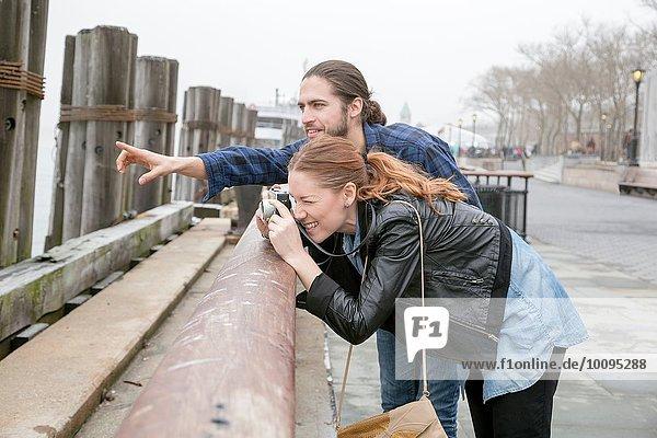 Frau fotografiert von der Seemauer  New York  New York  USA
