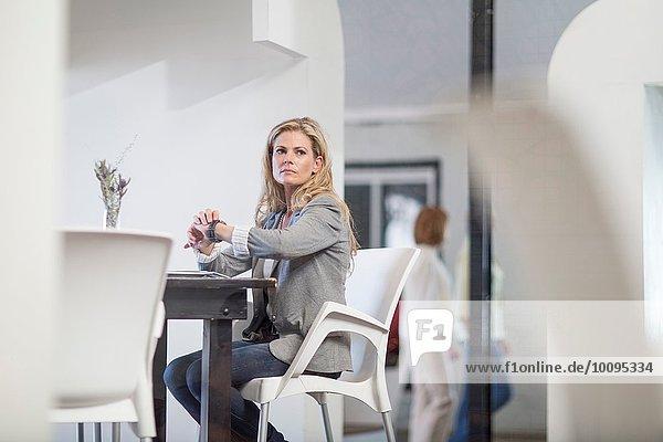 Geschäftsfrau wartet auf Business-Lunch-Termin