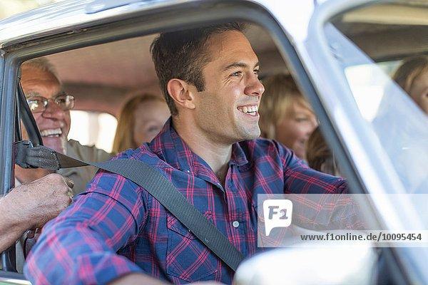 Familie im Auto  gemeinsam unterwegs