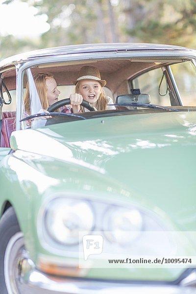 Zwei junge Mädchen im Fahrersitz des Autos