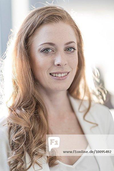 Porträt einer jungen Geschäftsfrau mit langen roten Haaren