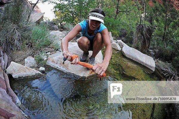 Wanderin spült Kleidung im Rock Pool  Mount Wilson  Nevada  USA