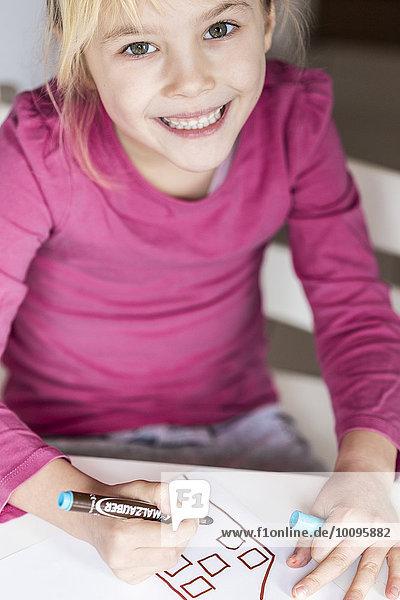 Mädchen lächelt in die Kamera  Kiel  Deutschland  Europa