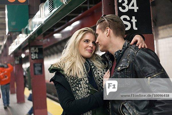 Romantisches junges Paar wartet auf dem New Yorker U-Bahnsteig  New York  USA