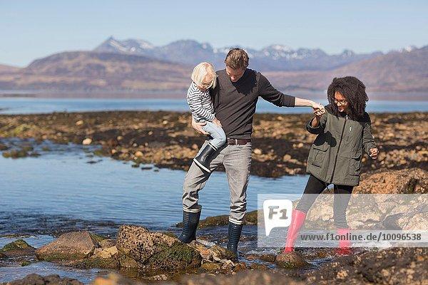 Vater mit Sohn von Loch Eishort  Isle of Skye  Hebrides  Schottland