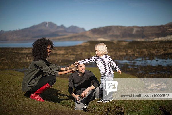 Mutter mit Sohn Rock  Isle of Skye  Hebriden  Schottland