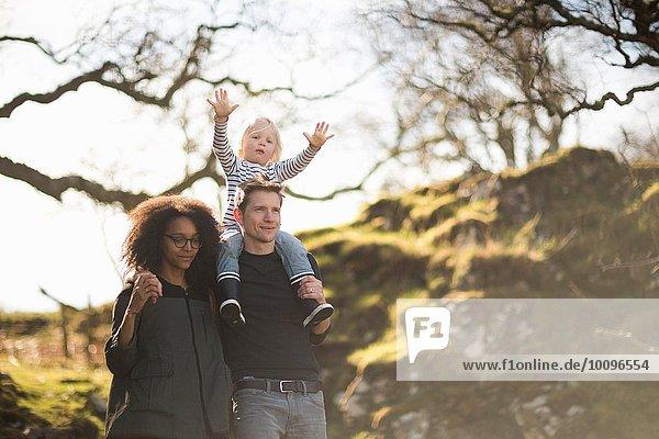 Familie auf Spaziergang  Vater trägt Sohn auf den Schultern