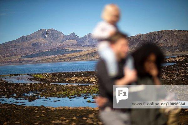 Familie am Loch Eishort  Isle of Skye  Hebriden  Schottland