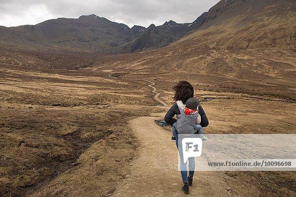 Mutter mit Sohn im Tragetuch  Fairy Pools  bei Glenbrittle  Isle of Skye  Hebrides  Schottland