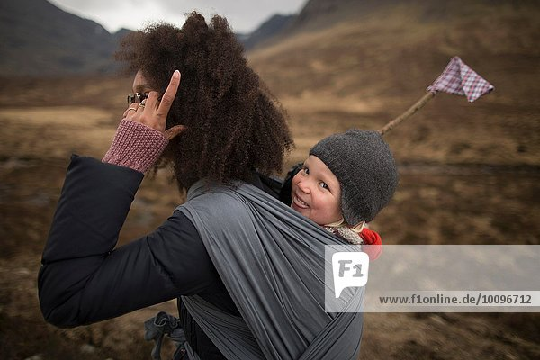 Mutter mit Sohn im Tragetuch