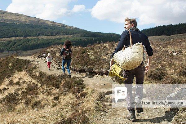 Familienwandern auf Hügelpfaden  Fairy Pools  Isle of Skye  Hebrides  Schottland