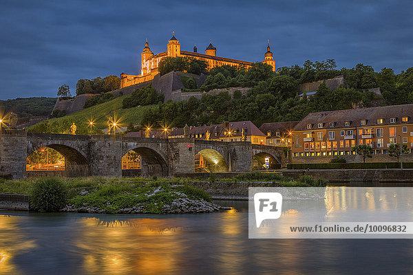 Ausblick über den Main auf die Alte Mainbrücke und die Festung Marienberg am Abend  Würzburg  Unterfranken  Bayern  Deutschland  Europa