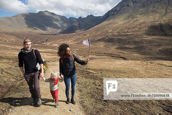 Familienwandern in den Bergen  Fairy Pools  Isle of Skye  Hebrides  Schottland