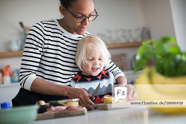 Mutter hilft bei der Zubereitung des Essens in der Küche