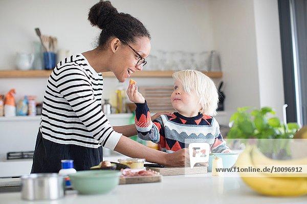 Sohn füttert Mutternahrung in der Küche
