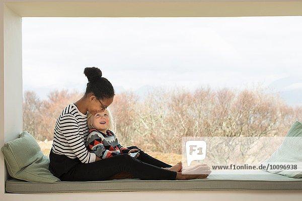 Mutter und Sohn sitzen auf dem Fensterplatz