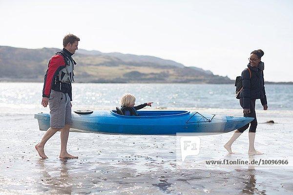 Eltern mit Sohn im Kanu am Strand  Loch Eishort  Isle of Skye  Hebrides  Schottland