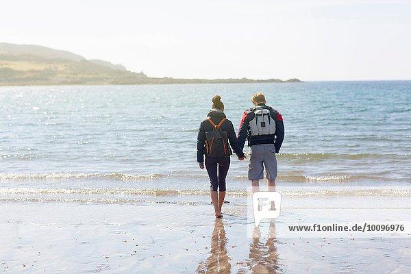 Mittleres erwachsenes Paar am Strand  Loch Eishort  Isle of Skye  Hebrides  Schottland