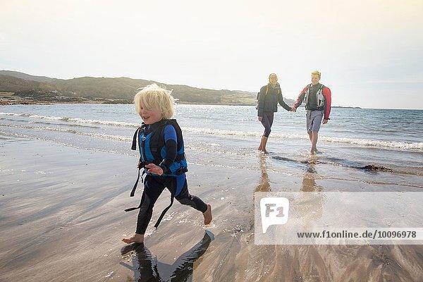 Junge läuft am Strand  Loch Eishort  Isle of Skye  Hebrides  Schottland