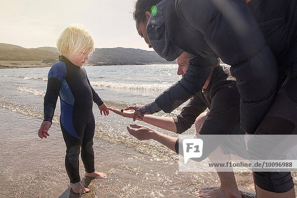 Junge und Eltern am Strand  Loch Eishort  Isle of Skye  Schottland