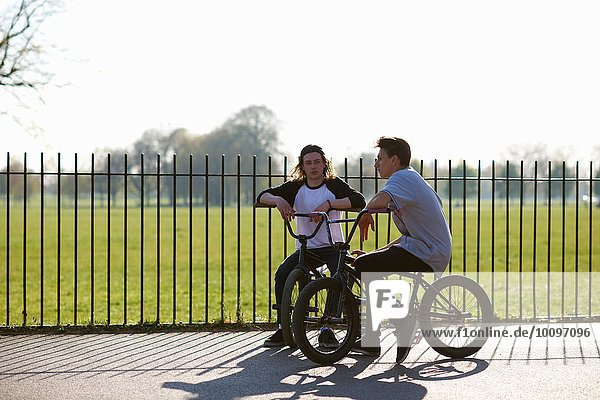 Zwei junge Männer auf bmx Bikes im Skatepark