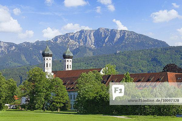 Kloster Benediktbeuern vor Benediktenwand  Oberbayern  Bayern  Deutschland  Europa
