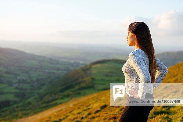 Rückansicht der jungen Frau mit Blick auf Glyn Collwn Valley  Brecon Beacons  Powys  Wales