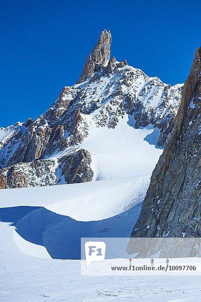 Fernsicht von drei Skifahrern auf dem Mont-Blanc-Massiv  Grajische Alpen  Frankreich