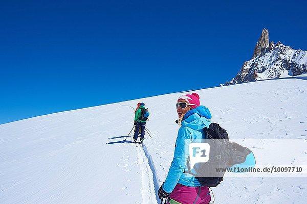 Reife Skifahrerin mit Blick vom Mont Blanc-Massiv  Graian Alps  Frankreich