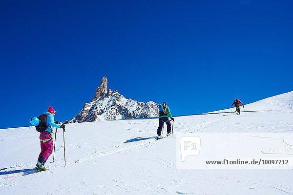 Drei erwachsene Skifahrer auf dem Mont Blanc-Massiv  Graian Alps  Frankreich