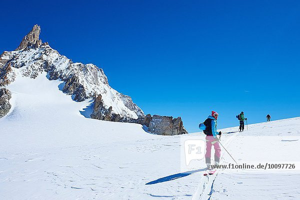 Drei erwachsene Skifahrer auf dem Mont Blanc Massiv  Graian Alps  Frankreich