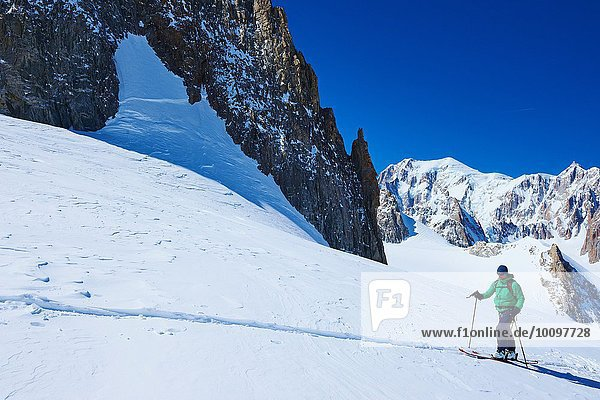 Erwachsener Skifahrer beim Aufstieg auf das Mont-Blanc-Massiv  Graian Alps  Frankreich