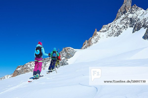 Rückansicht der reifen Skifahrerinnen und Skifahrer  die das Mont-Blanc-Massiv erklimmen  Graian Alps  Frankreich