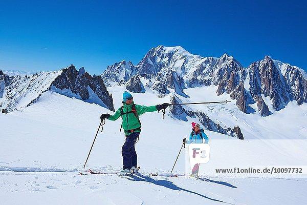 Skifahrer und Skifahrerinnen vom Mont Blanc-Massiv  Graian Alps  Frankreich