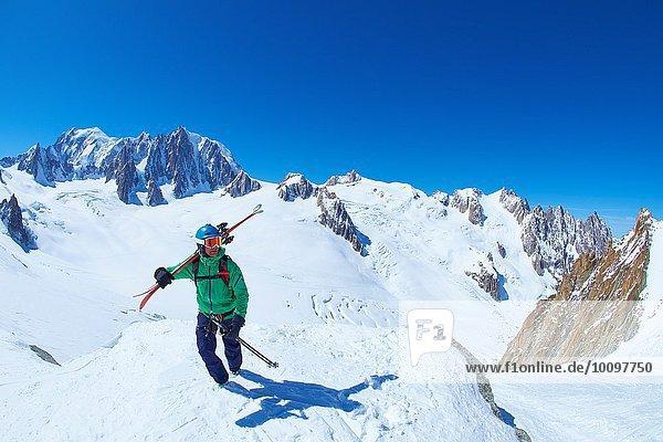 Erwachsener Skifahrer auf dem Bergrücken des Mont Blanc-Massivs  Graian Alps  Frankreich